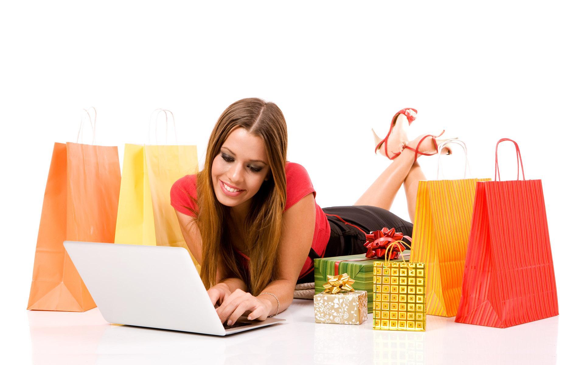 mujer joven comprando online