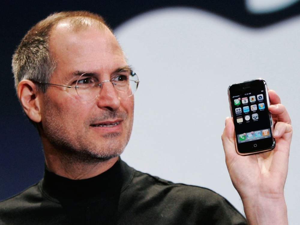 steve jobs sosteniendo un iphone